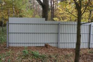 дырка в заборе из сайдинга или профнастила